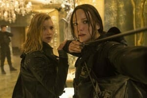 Hunger-Games-La-révolte-2-Natalie-Dormer-Jennifer-Lawrence